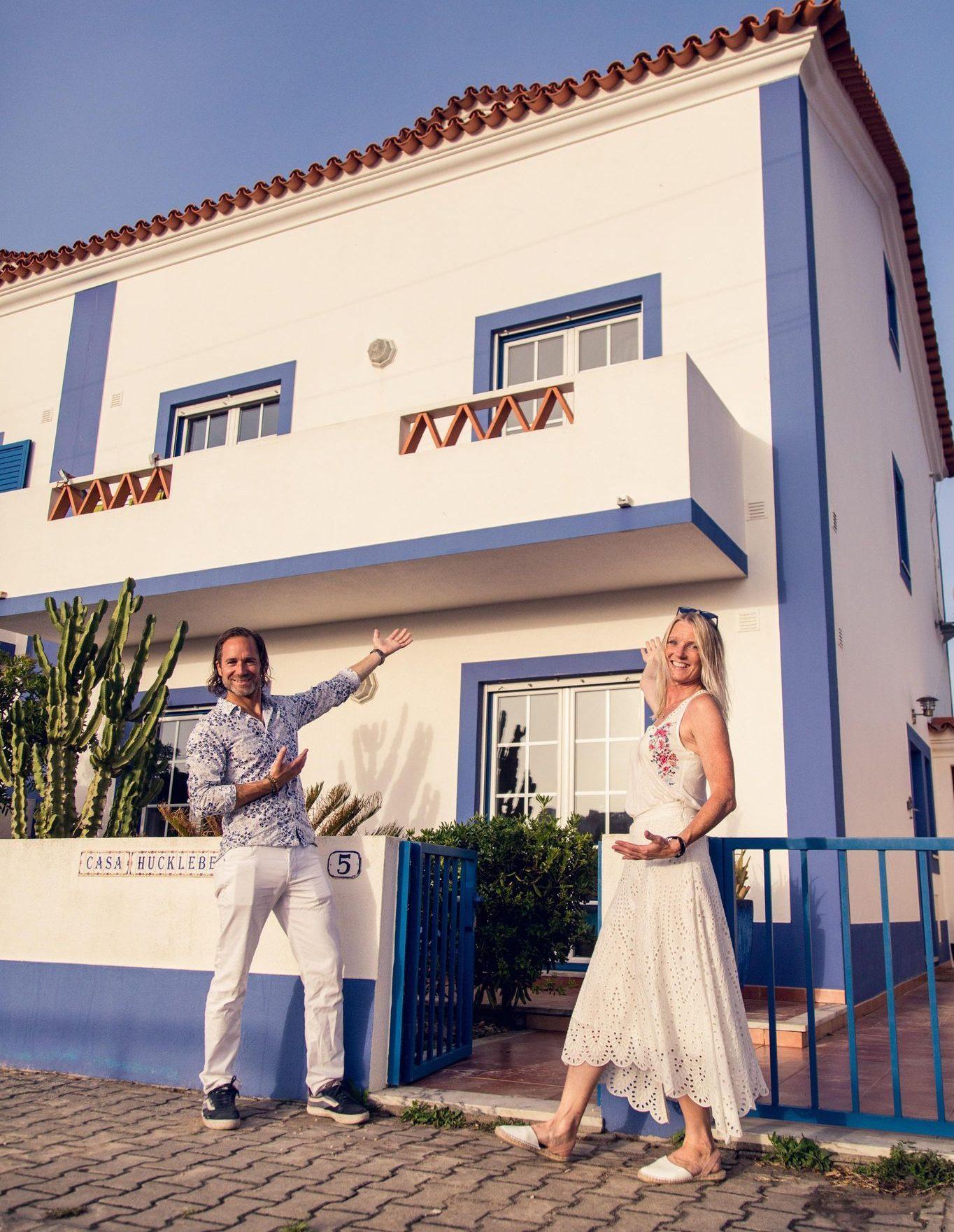 Magnus och Kattis framför surfvillan