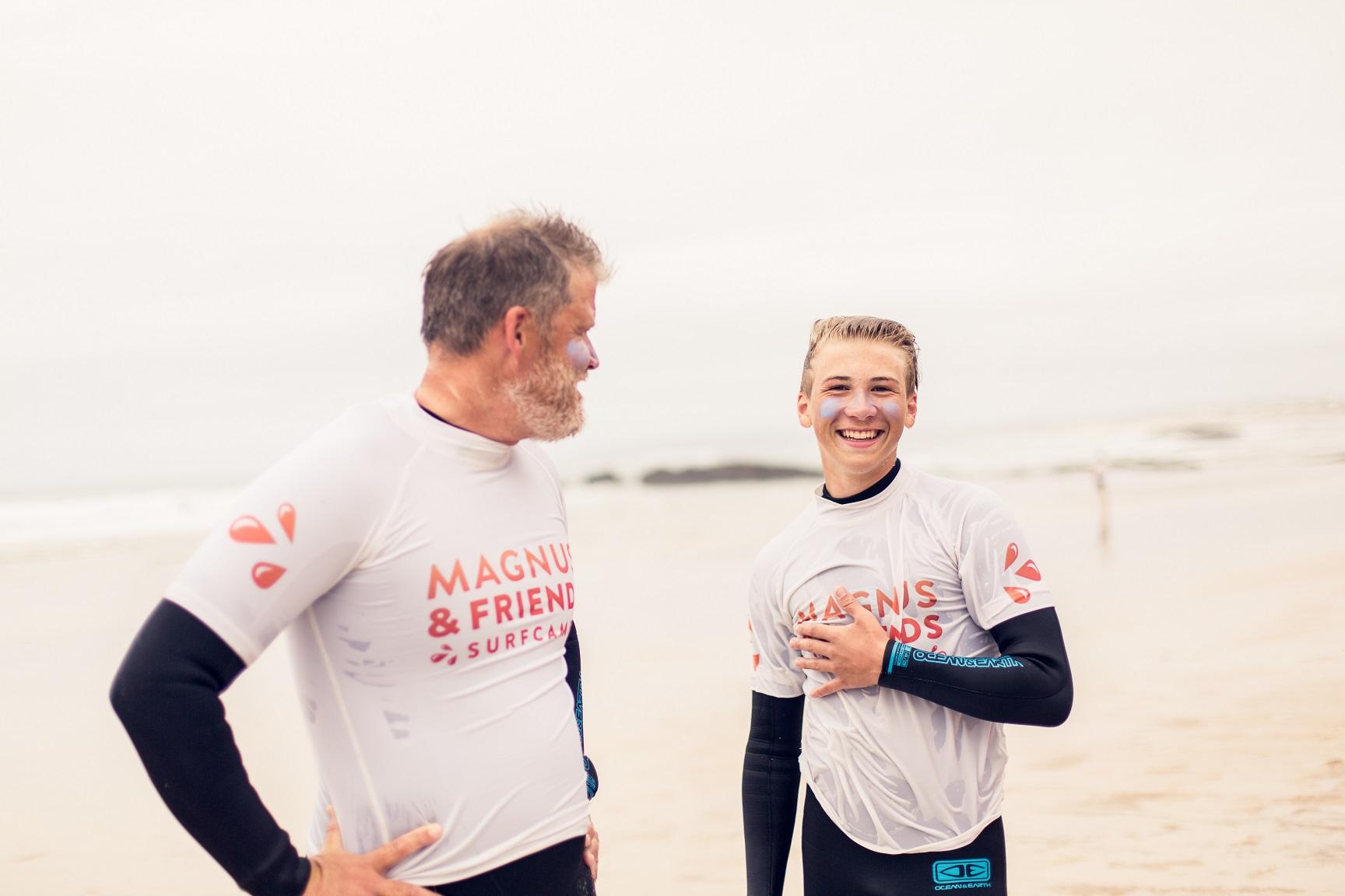 Familj som lär sig surfa i Portugal